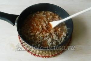Спагетти с подливой из фарша: Выливаем томатно-чесночную смесь к фаршу и тушим их вместе