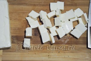 Суп из шампиньонов с плавленным сыром: Порезать сыр