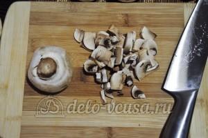 Суп из шампиньонов с плавленным сыром: Порезать грибы