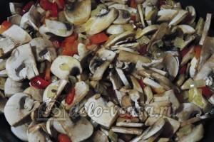 Суп из шампиньонов с плавленным сыром: Жарим грибы