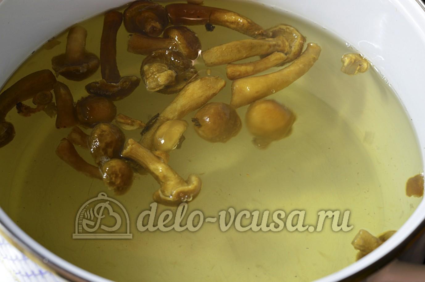 Суп с опятами и картошкой: Поставить вариться грибы