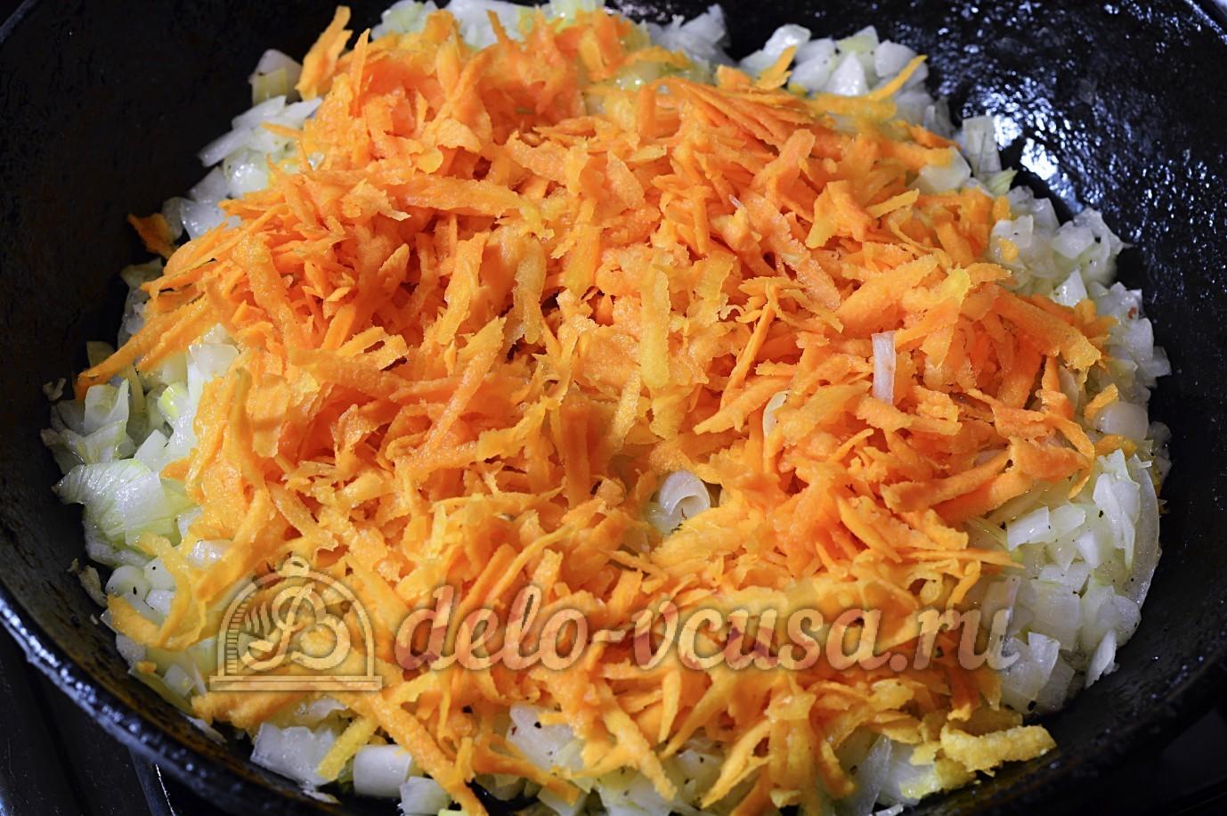 Суп с опятами и картошкой: Выложить на сковороду морковь