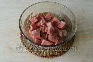 Свинина в майонезе на сковороде: Рубим свинину