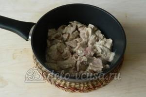 Свинина в майонезе на сковороде: Перемещаем мясо в сковороду и заливаем остатком маринада