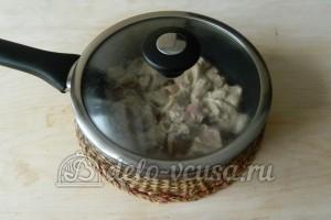 Свинина в майонезе на сковороде: Прикрываем сковороду крышкой