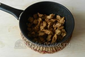 Свинина в майонезе на сковороде: Жарим свинину, периодически помешивая