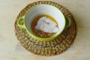 Свиная отбивная с сыром в духовке: Взбить яйцо с солью