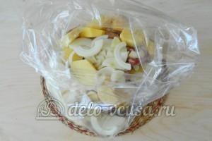 Свиные ребрышки в пакете для запекания: Складываем ребрышки, картофель и лук в пакет