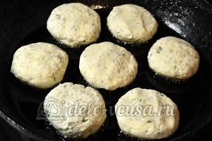 Сырники с зеленью: Сформировала сырники