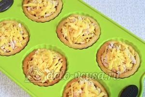 Тарталетки с курицей и апельсином: Посыпать сыром