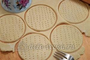 Тарталетки с курицей и апельсином: Раскатать тесто
