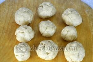 Торт Муравейник: Разделяем тесто на небольшие шарики