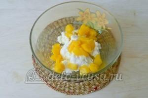 Торт с консервированными персиками: Смешиваем персики, творог, половину сахара и сироп