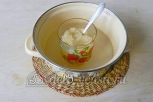 Торт с консервированными персиками: Растворяем желатин на водяной бане
