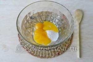 Торт с консервированными персиками: К желтку добавляем сахар