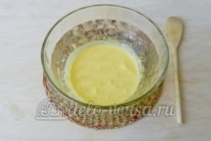 Торт с консервированными персиками: Взбиваем желтки до осветления массы