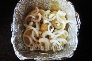Куриное филе Сюрприз: Кладем в форму слой лука