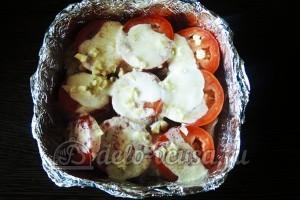 Куриное филе Сюрприз: Кладем в форму слой помидор