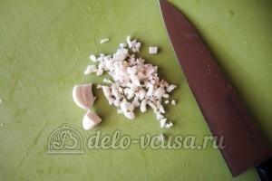 Куриное филе Сюрприз: Измельчить чеснок