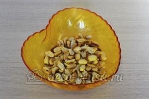 Бисквитный торт с масляным кремом: Освобождаем орехи от шкурки