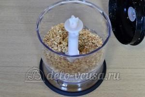 Бисквитный торт с масляным кремом: Перемалываем арахис