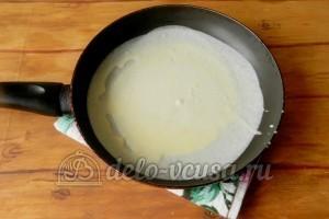 Блины с крабовыми палочками: Вылить тесто на сковородку