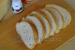 Бутерброды с киви и сыром: Нарезать батон