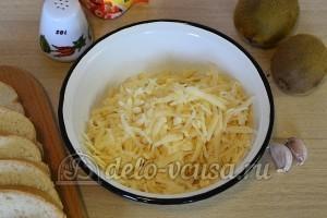 Бутерброды с киви и сыром: Натереть сыр