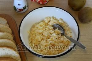 Бутерброды с киви и сыром: Добавить соль и перемешать