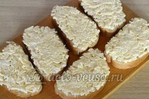 Бутерброды с киви и сыром: Намазать сырную массу на хлеб