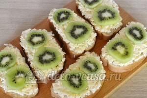 Бутерброды с киви и сыром: Добавить ломтики киви
