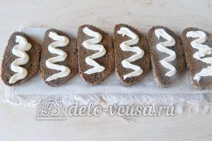 Бутерброды с редиской: Хлеб смазать майонезом