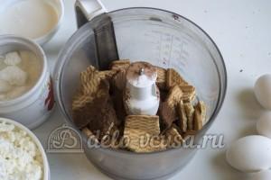 Чизкейк с малиной: Печенье измельчить
