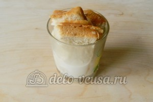 Гнезда из фарша с грибами: Замочить в молоке хлеб