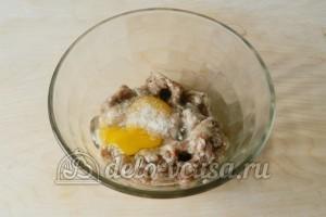 Гнезда из фарша с грибами: Соединить фарш, яйцо, соль
