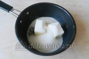 Пирог-перевертыш с яблоками: Соединить масло и сахар
