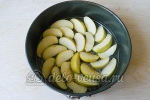 Пирог-перевертыш с яблоками: Кладем яблоки на дно формы