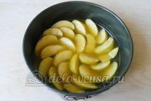 Пирог-перевертыш с яблоками: Залить карамелью