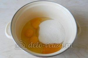 Пирог-перевертыш с яблоками: Соединить яйца и сахар