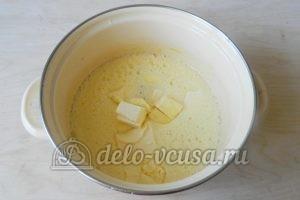 Пирог-перевертыш с яблоками: Добавить сливочное масло