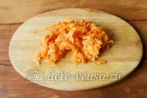 Минтай в рукаве: Измельчить морковь