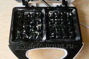 Мягкие вафли в вафельнице: Смазать маслом вафельницу