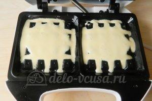 Мягкие вафли в вафельнице: Заполнить вафельницу тестом