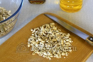 Мюсли с орехами и семечками: Орехи измельчить