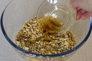 Мюсли с орехами и семечками: Соединить ингредиенты