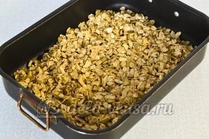 Мюсли с орехами и семечками: Кладем массу в форму