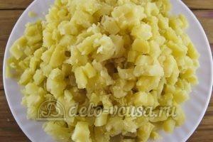Окрошка с редиской: Картошку нарезать кубиками