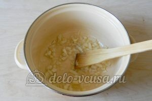 Овощной суп с рисом: Лук обжарить
