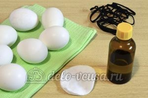 Пасхальные яйца с листочками: Яйца протереть спиртом