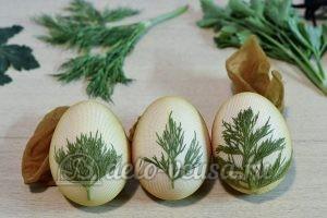 Пасхальные яйца с листочками: Подготовить все яйца